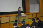 生徒の前で薬物乱用防止を訴える杉田真一さん