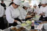 「津ぶっこ」のキャベツを使い、調理する生徒たち