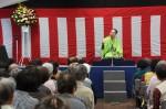 古今亭寿輔さんが軽妙な語り口で落語を披露