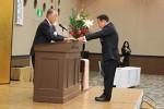 岡本会頭より表彰状を受け取る代表者