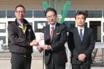 池田会長(左)から目録を受け取る前葉市長(中央)