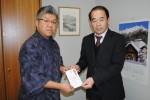 若林社長(左)から山口事務局長に寄付金贈呈