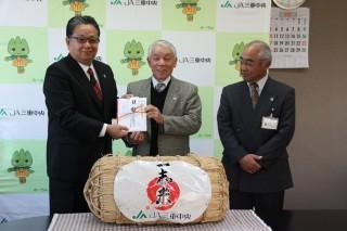 前田組合長(左)が筧会長(中央)へ目録贈呈