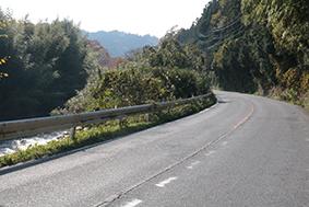 国道に沿って流れる服部川