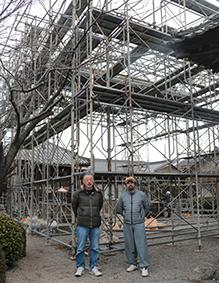 特設舞台の前で伊藤さん(左)と桃山さん