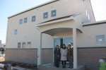 3月12日の移転を前に工事が進む「どんぐりの家」の新施設と、木﨑さん(中央)ら