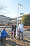植樹の様子…左から関山会長 日高さん、四方院長