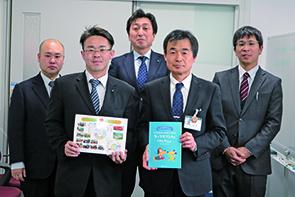 亀井部会長(手前左)と倉田教育長(手前右)