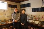 深堀健さん(左)・妻の千惠子さんと、地蔵さんなどの陶芸作品展