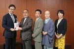 前葉市長(左)に浄財を手渡す西田会長(左二人目)