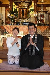 村上住職(右)と寺ヨガ講師の荒木裕子さん……本堂で