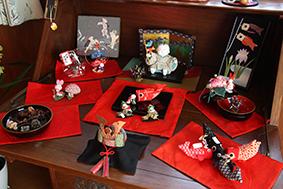 古布で作られた鯉のぼりや兜などが並ぶ「端午の節句展」