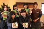 販売実習に参加した津商業高校3年の生徒と、加藤社長