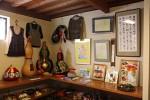瓢箪を使った置物や、レース編みの洋服などの作品展