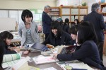 司書の吉田さん(左)と、レポートの参考文献について考える生徒たち