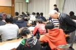 ナイトスクールで自習する生徒を、温かく見守るサポーター(右)