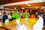 本殿にて「胡蝶の舞」の奉奏の様子