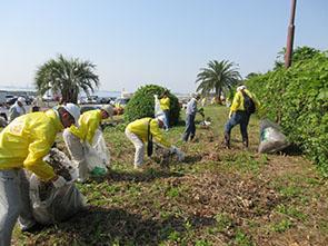 友愛の庭で清掃活動するメンバーら