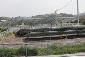 業者と住民がトラブルとなっている高さ3mの太陽光パネル(奥)