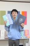「おぼろ百年の極」と、会社ロゴが載ったパンフレットを手にする森田壮さん