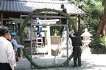 直径3mの茅の輪を鳥居に固定する作業の様子