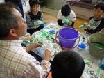 みさと放課後子ども教室の「光る泥団子づくり」の様子