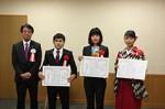 左から長江社長、高橋さん、小﨑さん、駒田さん(顕彰式で)