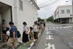 井村屋グループ㈱であずきバーの製造工場に入る参加者たち