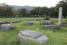 国史跡の「恭仁宮跡(山城国分寺跡)」の石碑と礎石