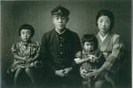 昭和17年、出征前日の浩三さんと、姉のこうさん(右)、