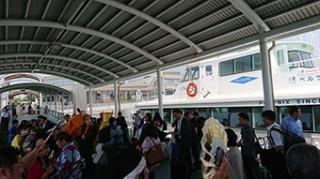 今年夏に高速船で来津したASEAN関係者の一行と、歓迎する市民ら