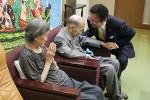 野田さん夫妻と話す前葉市長