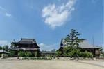 御影堂(右)と如来堂(写真提供=真宗高田派本山専修寺)
