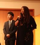 慈善演奏会で話す松下さん(右)と柳瀨さん