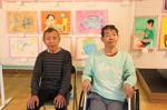 長谷山荘利用者の山口桂さん(左)と谷中義信さん……絵画展で、自作と共に