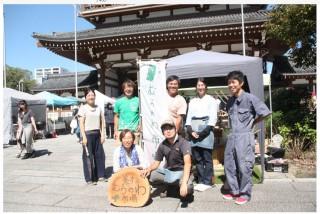 飯尾さん(後列中央)と美杉むらのわ市場のメンバー(9月28日、東別院てづくり朝市で)