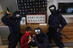 高速船客室に飾られた忍者文字の額などと、忍者隊