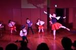 ファンタジー作品「ドコニモナイ国」で踊りを披露する子供達