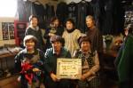 古布リメイク展で、嶌田さん(後列右から2人目)と友人ら