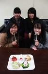 コラボスイーツと、石井さん(前列左)ら津西高校2年生
