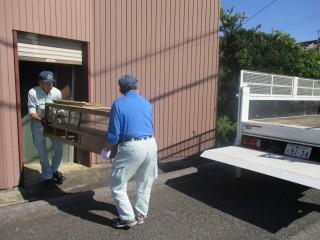 大型家具等ごみ出し支援事業で、家具を収集車へ運ぶ職員