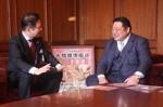 津場所について歓談する枝川親方(右)と前葉市長(市役所で)