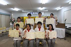 最優秀の津市長賞を受賞した野間さん(前列左から2人目)ら8名の入賞者