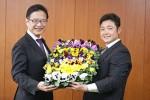 前葉市長(左)にパンジーの花苗を手渡す亀井さん