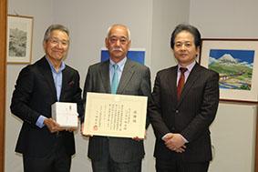 左から井村会長、臼井専務、石川総局長