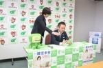 津税務署職員(左)の説明を受け、タブレットで申告体験する鈴木知事