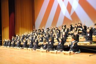 竹を使った打楽器で「南中ソーラン」を演奏する年中児(三重大山翠ホールにて)
