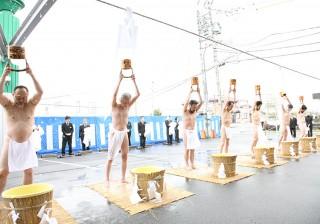 津光倫会舘前で「水行」を披露する栁川尚史上人(左)ら