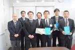左から、尾﨑さん、下津さん、亀井部会長、楠さん、倉田教育長と津市教委関係者