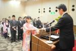 大川校長から各種の免許証や登録証を授与される卒業生(津都ホテルにて)